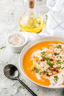 Comida vegan moderna, sopa de desintoxicação de batata doce com leite de coco, tomate seco, amendoim e ervas