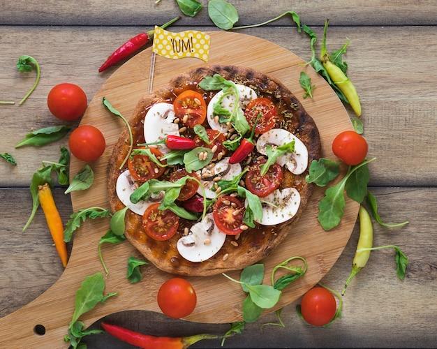 Comida vegan na mesa de madeira