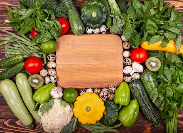Comida vegana conceitual saudável comendo ingredientes de vegetais frescos