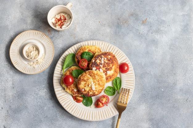Comida vegana. panquecas de abobrinha com tomate e espinafre
