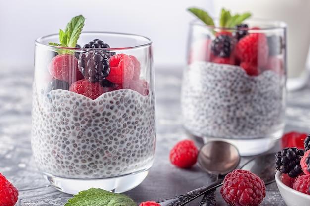 Comida vegana saudável. pudim de chia com leite de coco, framboesas frescas e amoras