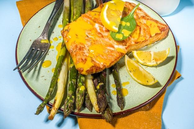 Comida vegana saudável, receita de dieta cetônica, filé de salmão assado na brasa com aspargos