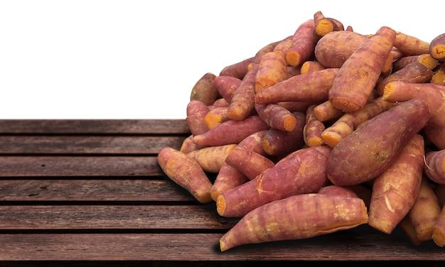 Comida vegetariana de batata amarela serve na mesa de madeira no conceito de comida de natureza crua (incluir caminho de recorte)