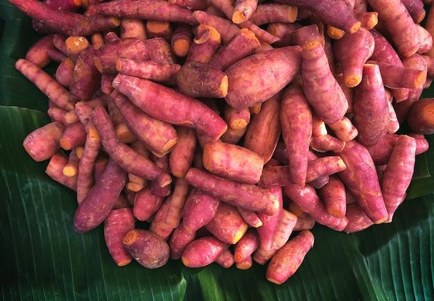 Comida vegetariana de batata amarela servida em folha de bananeira no conceito de comida de natureza crua