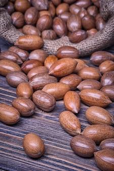 Comida vegetariana de nozes em um saco em fundo de madeira velho