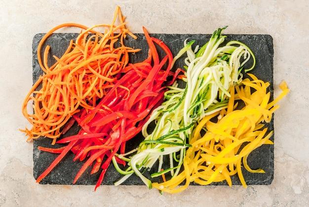 Comida vegetariana, dieta. macarrão de legumes, macarrão com cenoura, abobrinha, pimentão