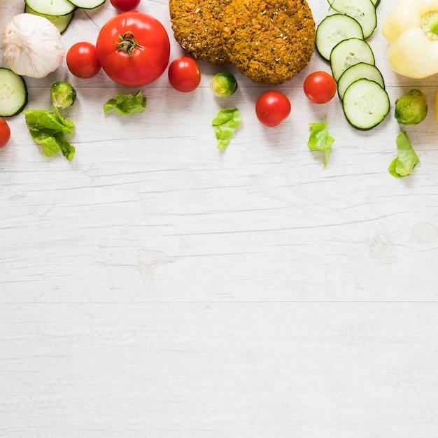 Comida vegetariana em fundo branco, com espaço de cópia
