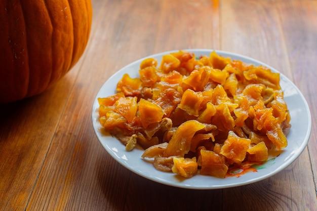 Comida vegetariana madura fresca dieta saudável com vitaminas. abóbora cristalizada