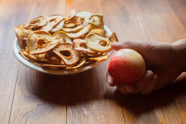 Comida vegetariana madura, fresca e saudável com vitaminas maçãs secas em forma de anéis em um prato