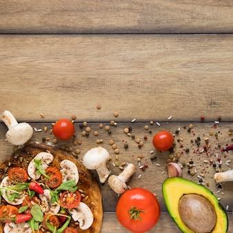 Comida vegetariana na mesa de madeira com espaço de cópia