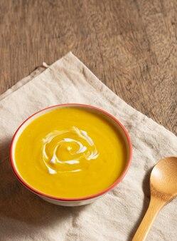 Comida vegetariana na temporada de outono, purê de abóbora para fazer sopa na tigela