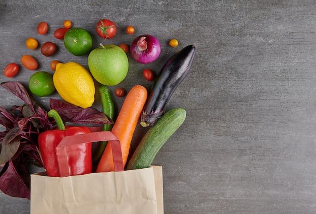 Comida vegetariana saudável em saco de papel