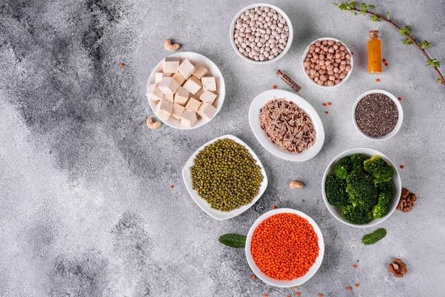 Comida vegetariana saudável em um fundo de concreto