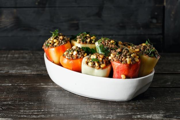 Comida vegetariana saudável, pimentões recheados, lentilhas, salsa de milho copyspace