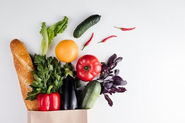 Comida vegetariana saudável vegana limpa em saco de papel, vegetais e frutas