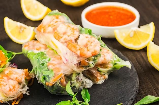 Comida vietnamita ¼ rolinho primavera fresco com camarão,