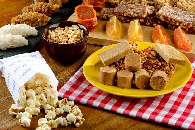 Comidas e doces típicos de festas juninas brasileiras.
