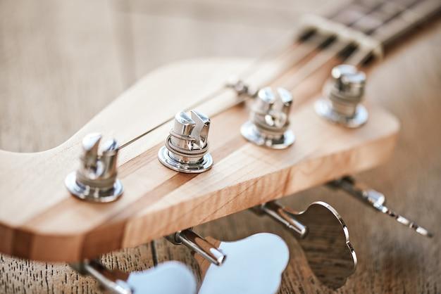 Como afinar uma guitarra visão de close-up do cabeçote da guitarra com teclas para ajustar as cordas da guitarra. conceito de música. equipamento de música. instrumentos musicais.