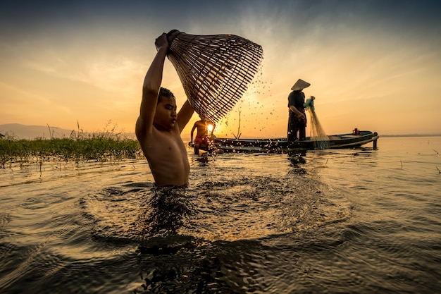 Como encontrar peixes antigos usando armadilhas para peixes e as pessoas vivem felizes.