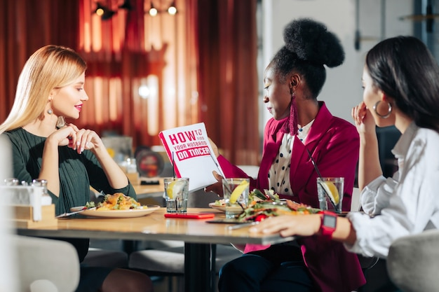 Como encontrar três mulheres de negócios na moda lendo um livro sobre como encontrar um marido