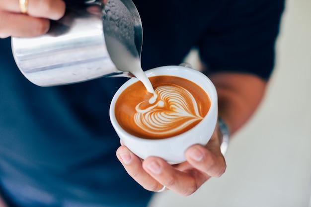 Como fazer arte latte de café