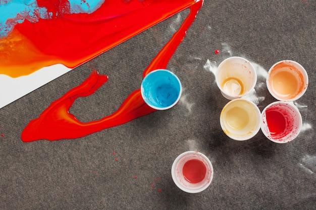 Como fazer pintura acrílica. trabalho em progresso. copos plásticos com resíduos de tinta.