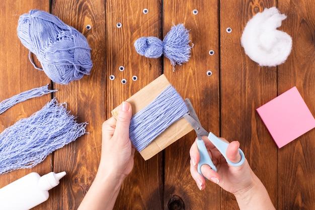 Como fazer um pássaro bonito para decoração. projeto de arte infantil. conceito de diy. as mãos são feitas de fios azuis de uma pomba azul. instruções passo a passo para fotos