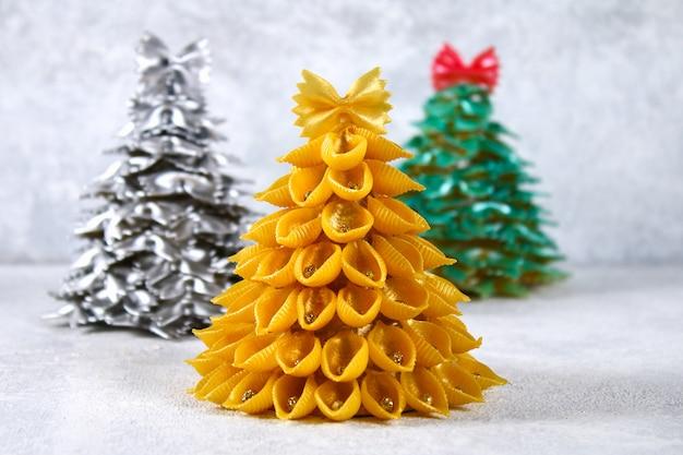 Como fazer uma árvore de natal a partir de macarrão cru conchiglie.