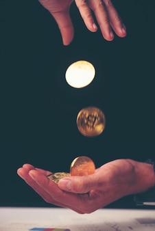 Como ganhar dinheiro com bitcoin - homem de negócios, criando bitcoins com a mão