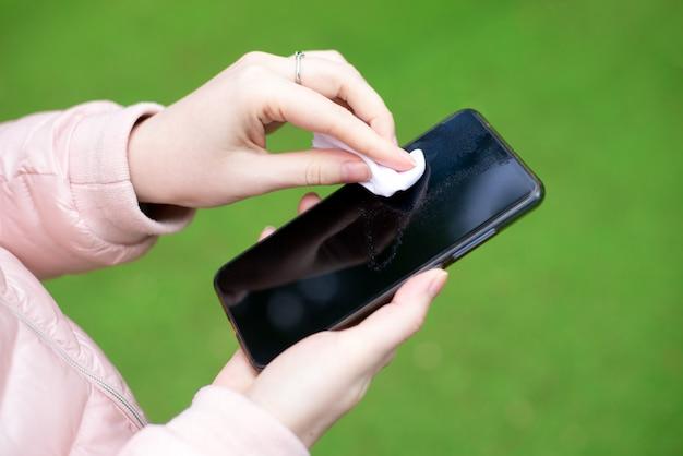 Como limpar, higienizar seu telefone. mãos de limpeza smartphone por guardanapo desinfetante.