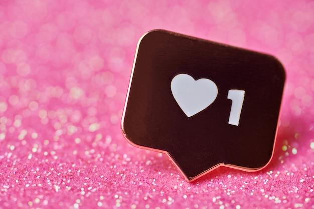 Como o símbolo do coração. como o botão de sinal, símbolo com coração e um dígito. marketing de rede de mídia social. glitter rosa acende o fundo.