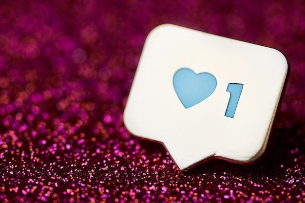 Como o símbolo do coração. como o botão de sinal, símbolo com coração e um dígito. marketing de rede de mídia social. glitter vermelho acende o fundo.