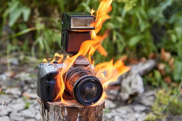 Como resultado de um incêndio florestal, a propriedade dos fotógrafos no acampamento pegou fogo.