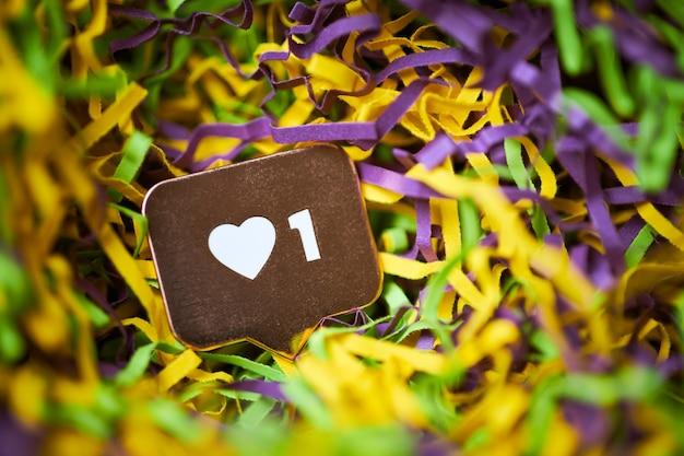 Como símbolo. como o botão de sinal, símbolo com coração e um dígito. marketing de rede de mídia social. fundo multicolorido de ouropel.