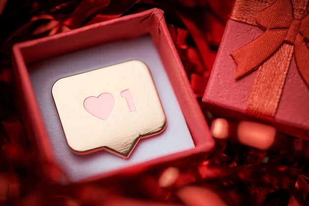 Como símbolo em caixa de presente. como sinal de botão de coração, símbolo com coração e um dígito. marketing de rede de mídia social. fundo multicolorido de ouropel.