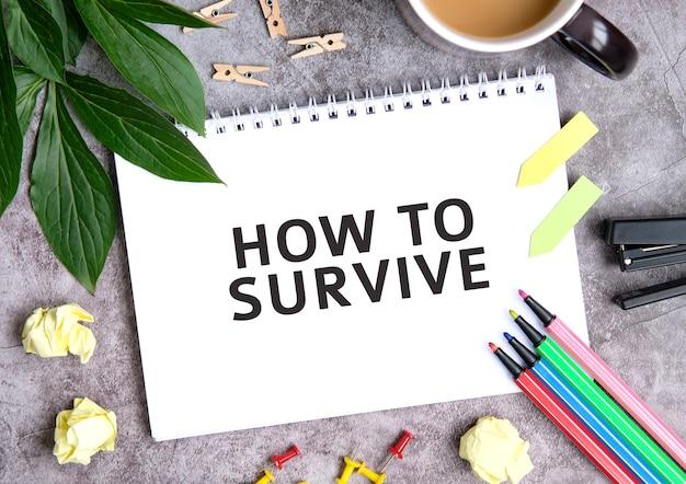 Como sobreviver em um caderno com uma xícara de café, folhas compactadas, giz de cera e grampeador