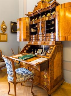 Cômoda de madeira antiga em museu