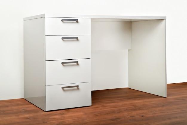Cômoda elegante em branco. mobiliário para quarto de guarda-roupa