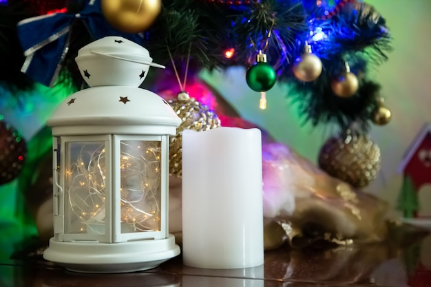 Comosition de natal de vela, vela, bolas e árvore de natal. copyspace para texto