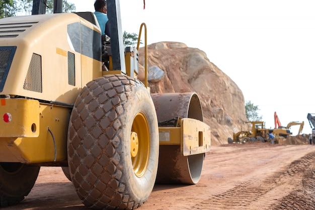 Compactador vibratório de solo ou tandem ou rodoviário trabalhando no canteiro de obras rodoviárias.