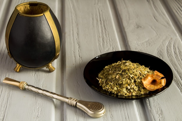 Companheiro de chá no fundo cinza de madeira