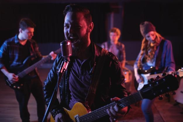 Companheiros de banda se apresentando juntos