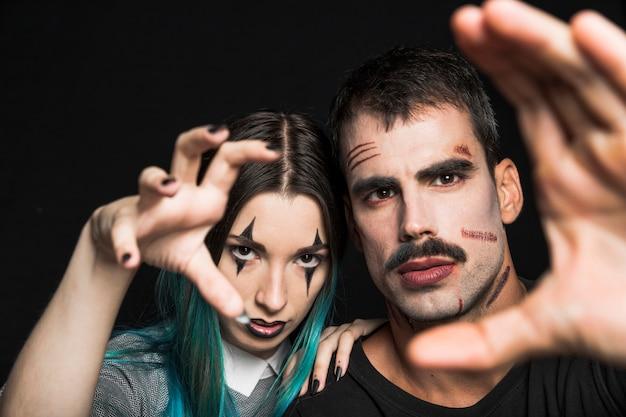 Companhia assustadora com maquiagem de halloween