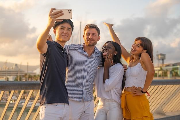Companhia de diversos amigos tirando selfie