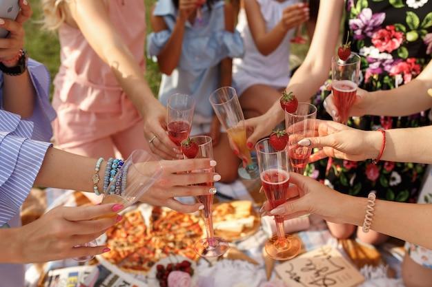 Companhia de meninas felicidades no piquenique.
