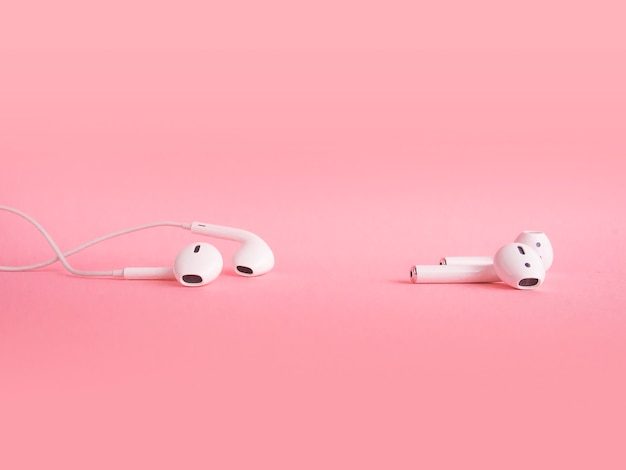 Comparação de dois tipos de fones de ouvido em rosa