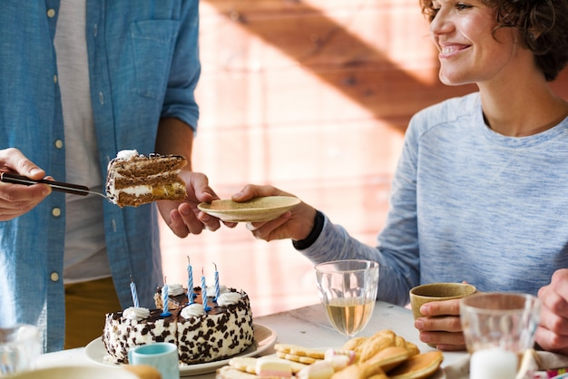 Compartilhando bolo de aniversário