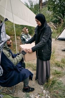 Compartilhando coisas com novos refugiados no acampamento