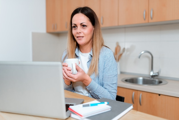 Compartilhando experiências de vídeo-blogs, aprendendo novos conhecimentos online, reunião de aula virtual, palestras, ideias para apresentações em computadores, trabalho em escritório remoto