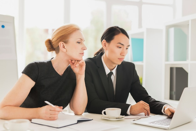 Compartilhando idéias com o colega de trabalho